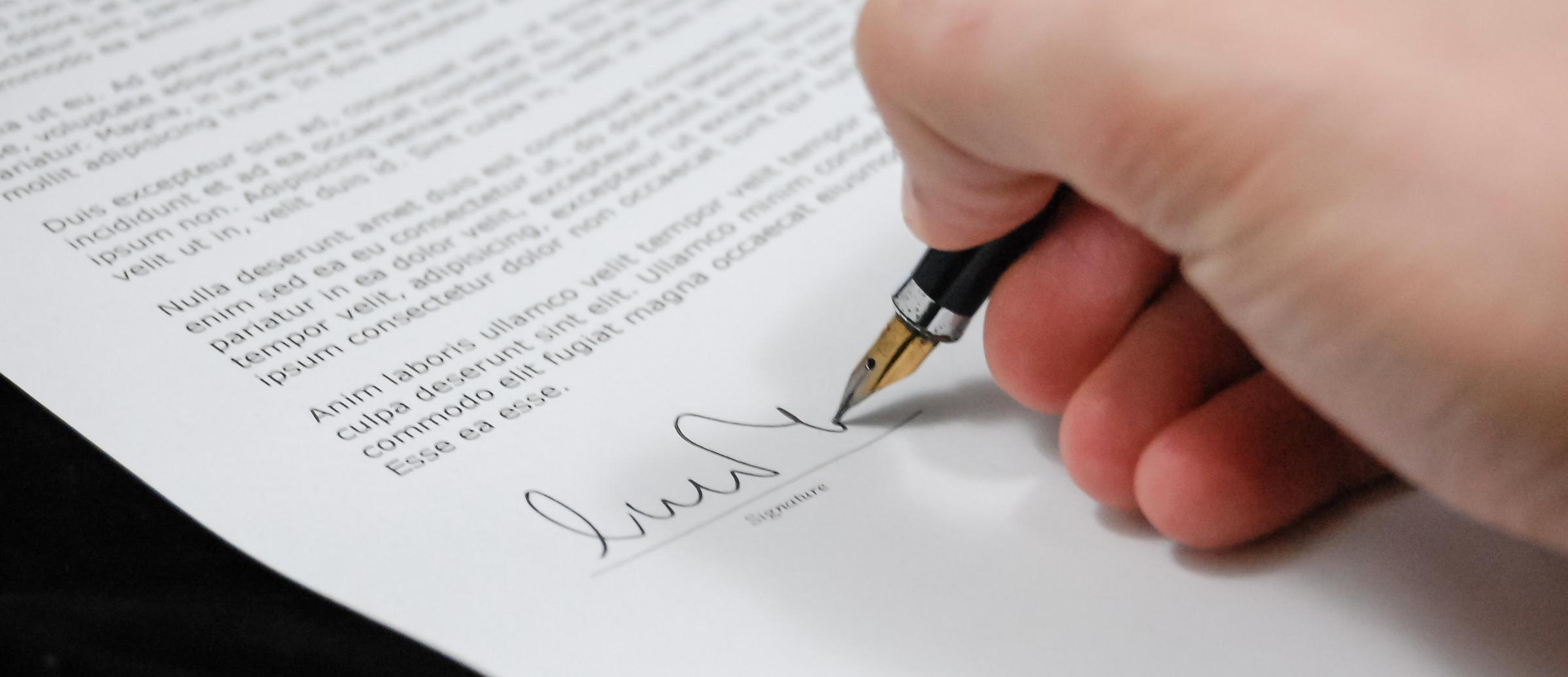 signature avec un style plume sur un document