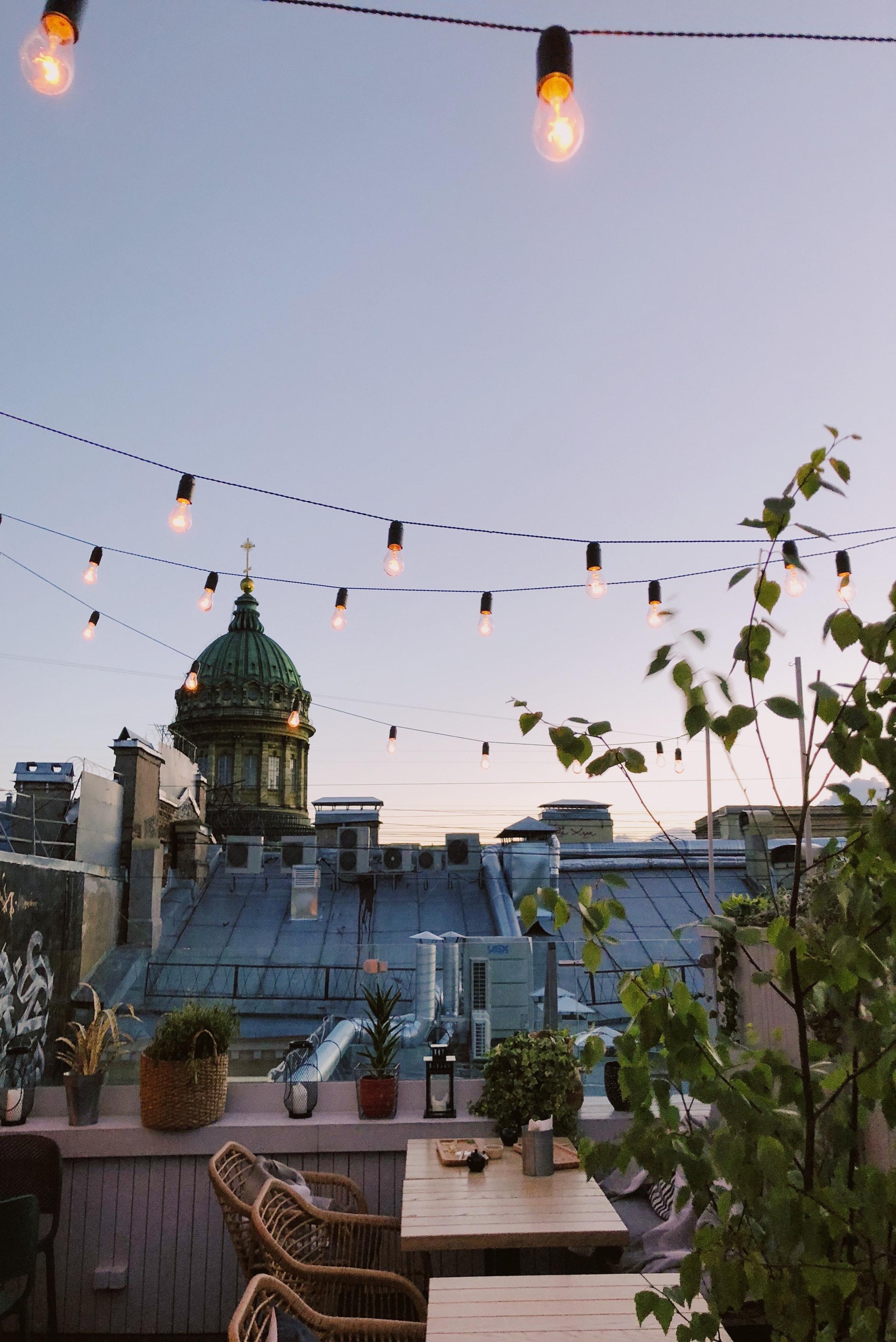 terrasse printemps avec guirlande lumineuse