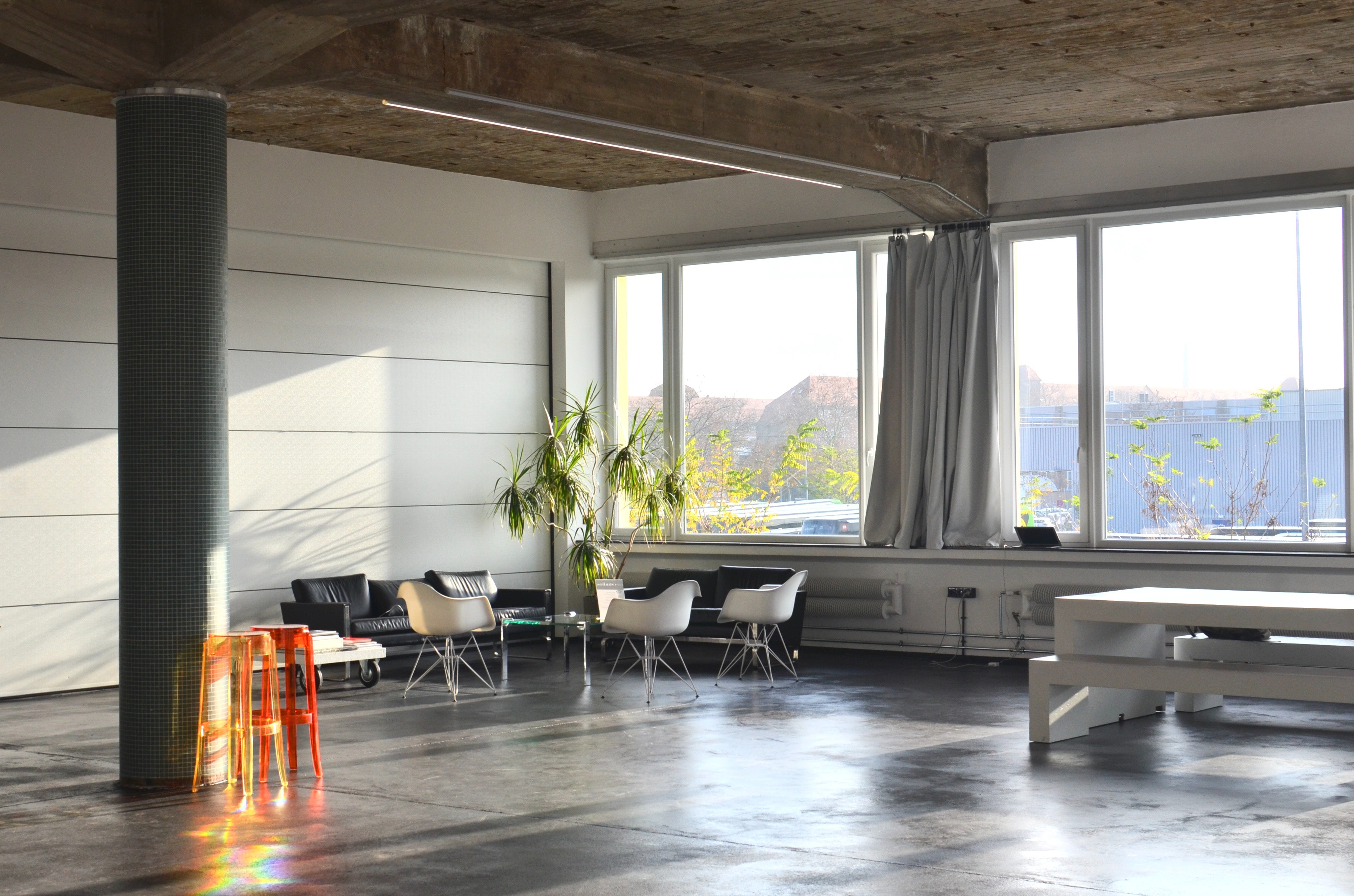 espace de bureau lumineux et moderne