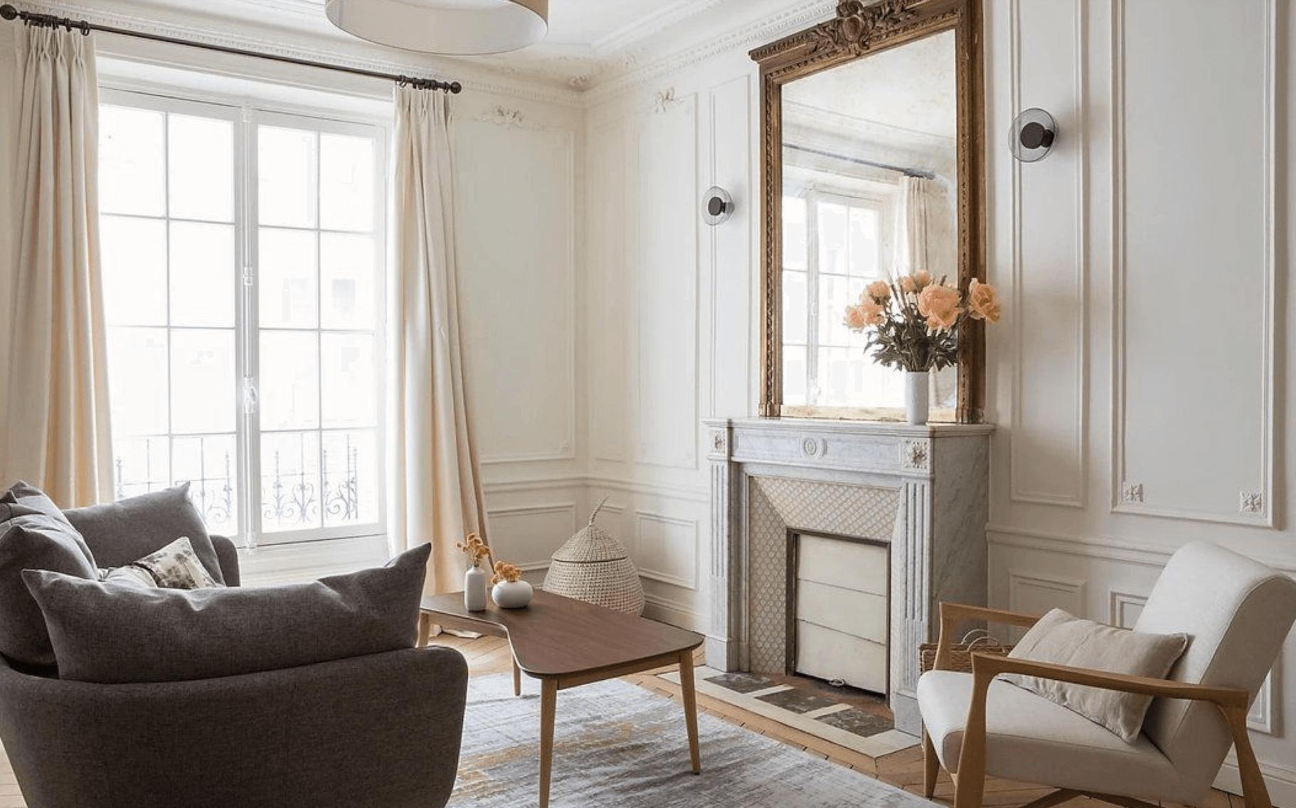 Intérieur salon cheminée, moulures et parquet