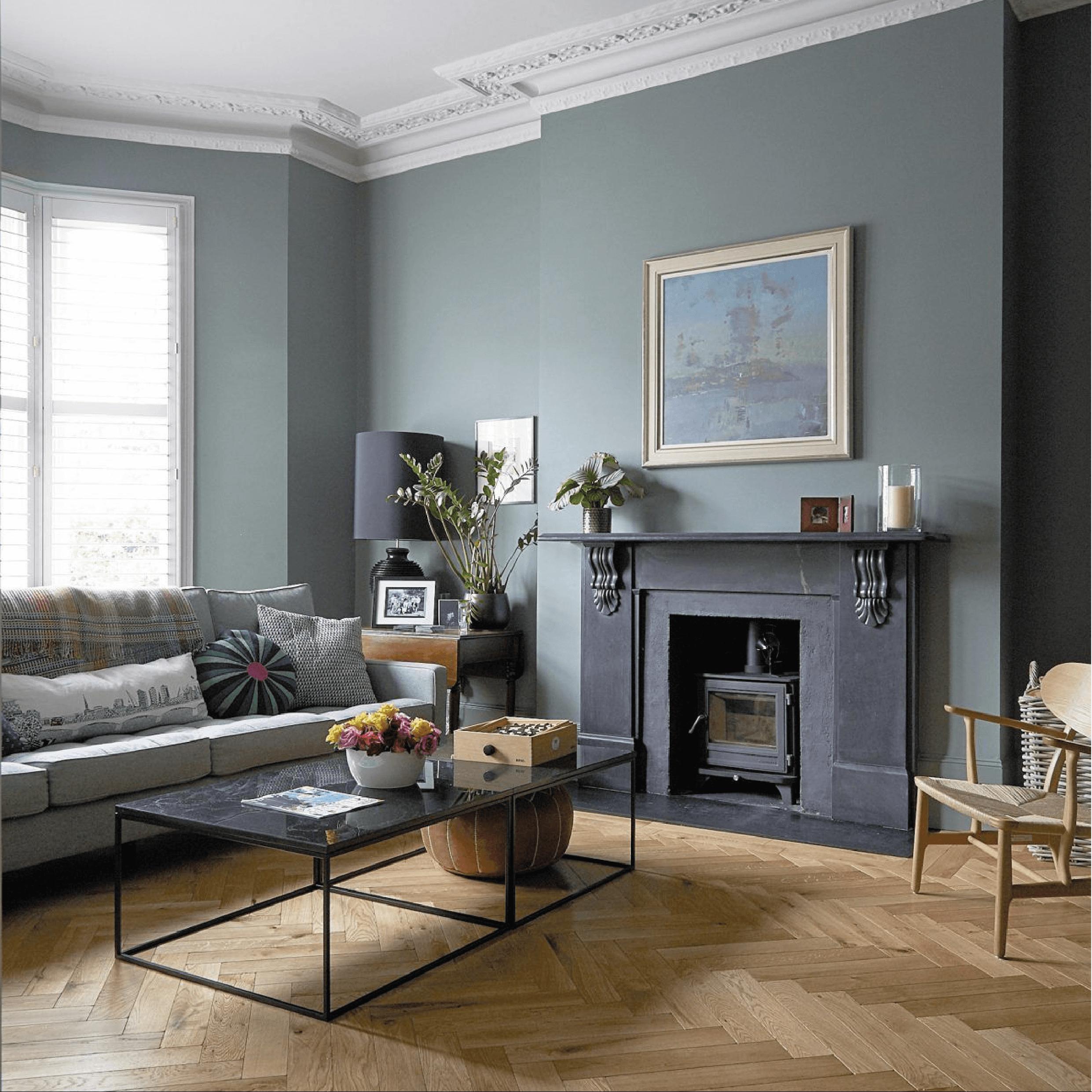 Salon moderne avec cheminée et parquet chevron bâtons rompus