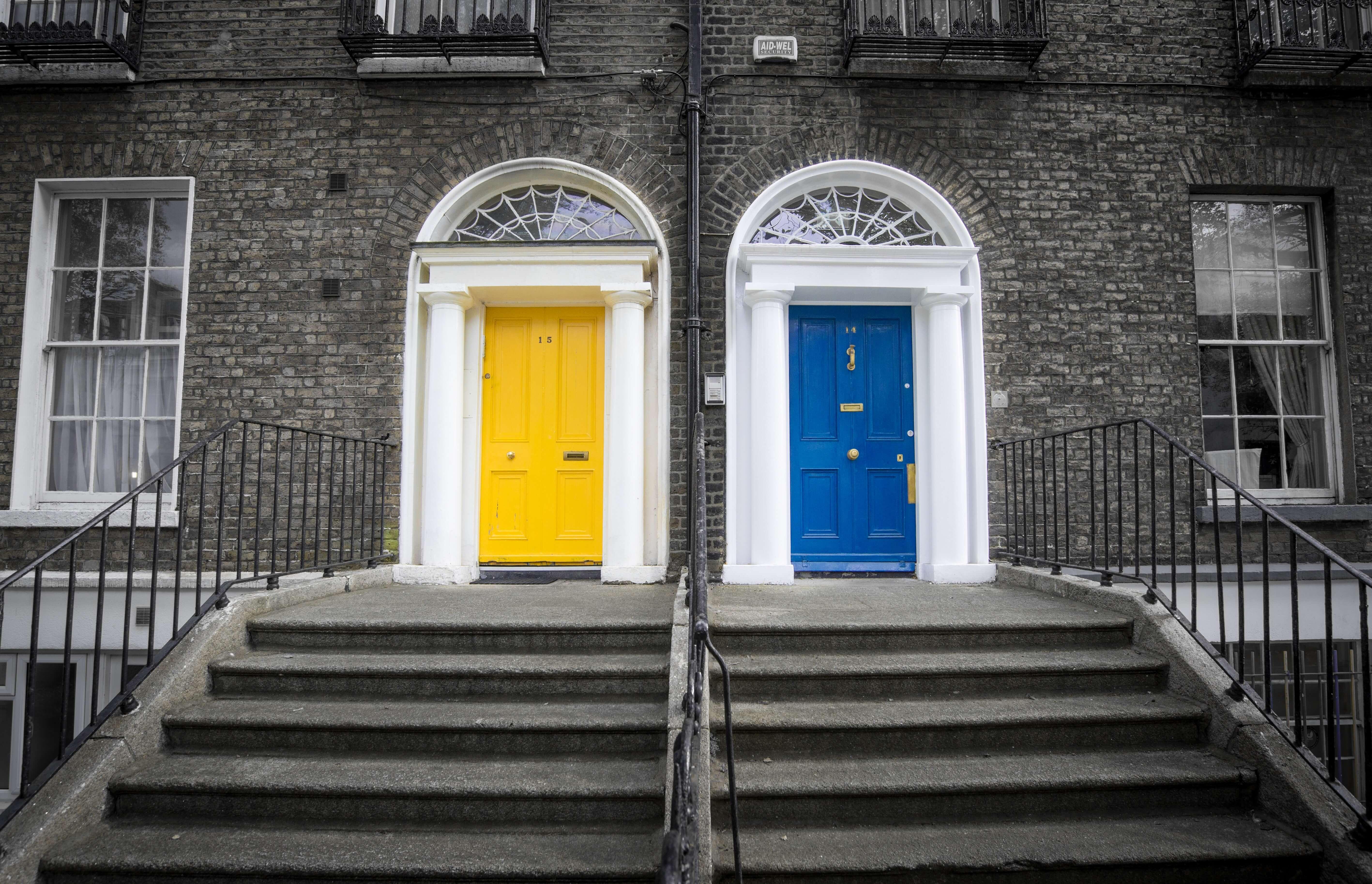 Deux portes voisines colorées