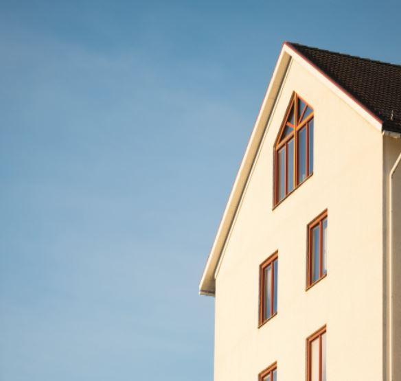 Vue d'une maison d'en bas avec un ciel bleu