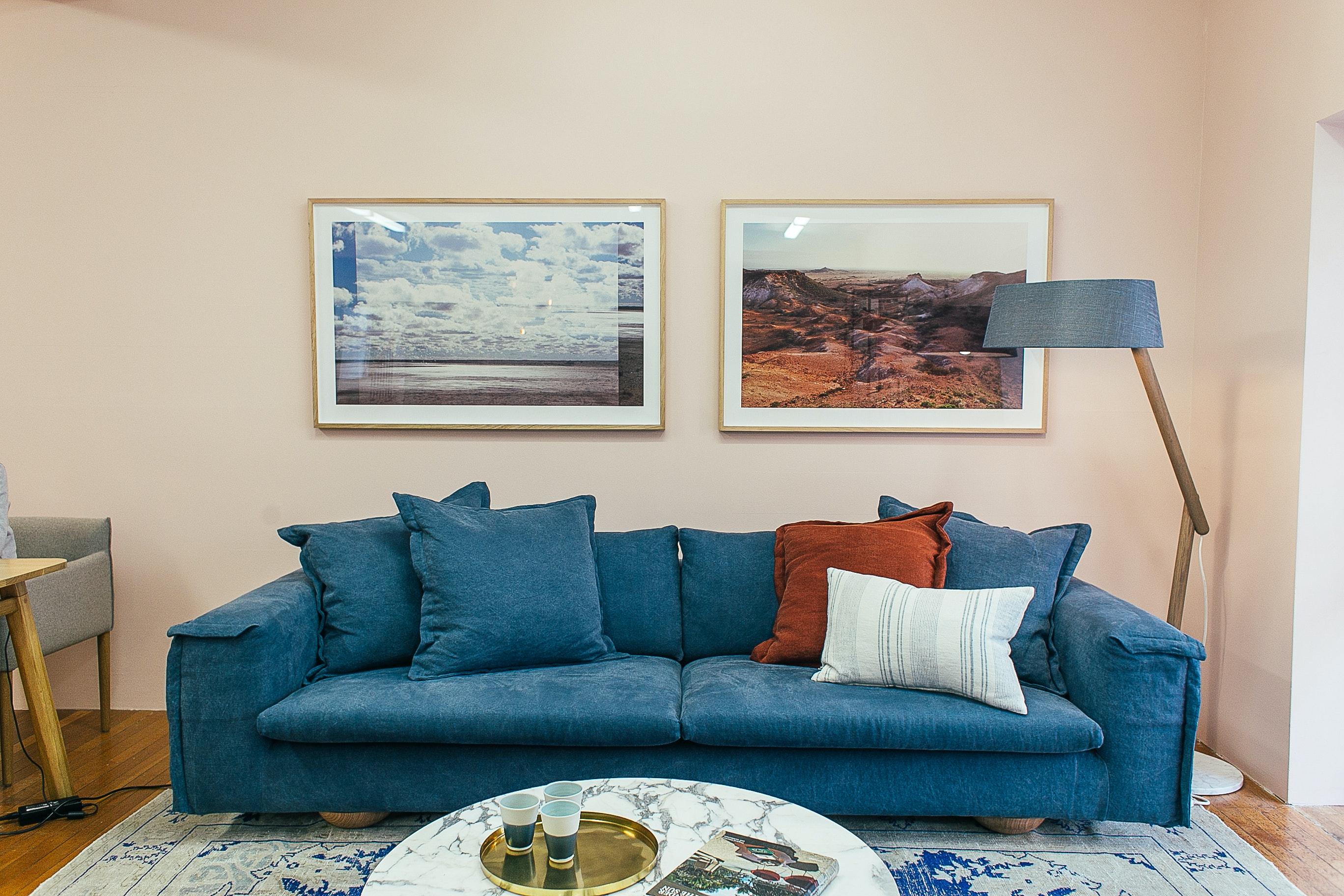 Intérieur moderne avec canapé bleu