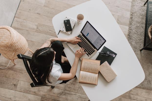 Femme au bureau sur un ordinateur portable