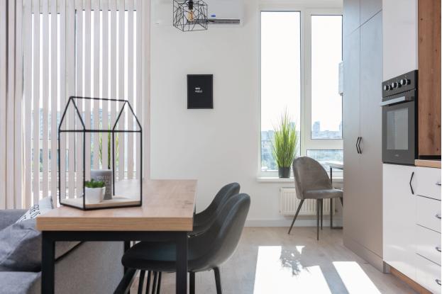Cuisine lumineuse avec des meubles modernes et blancs