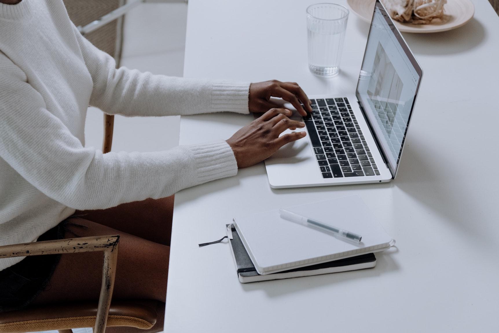 Homem sur son PC portable assis