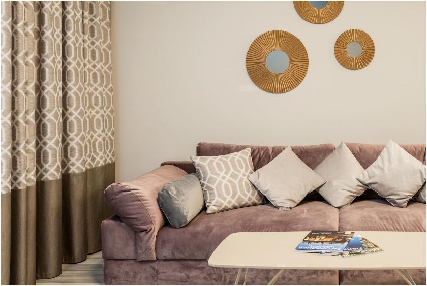 Intérieur moderne avec un canapé en velour