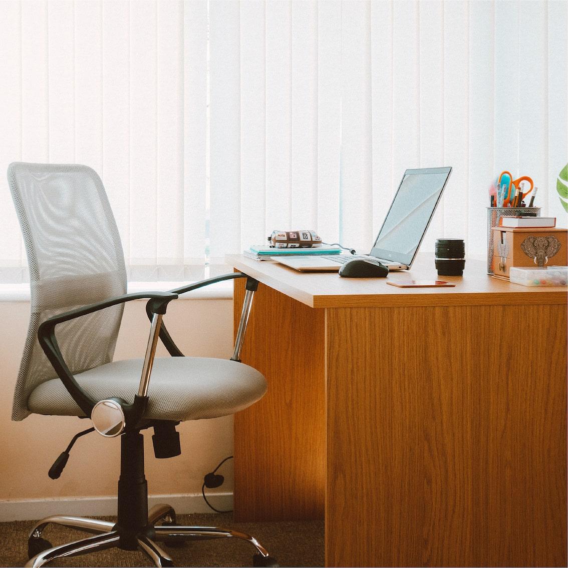 Bureau avec chaise grise