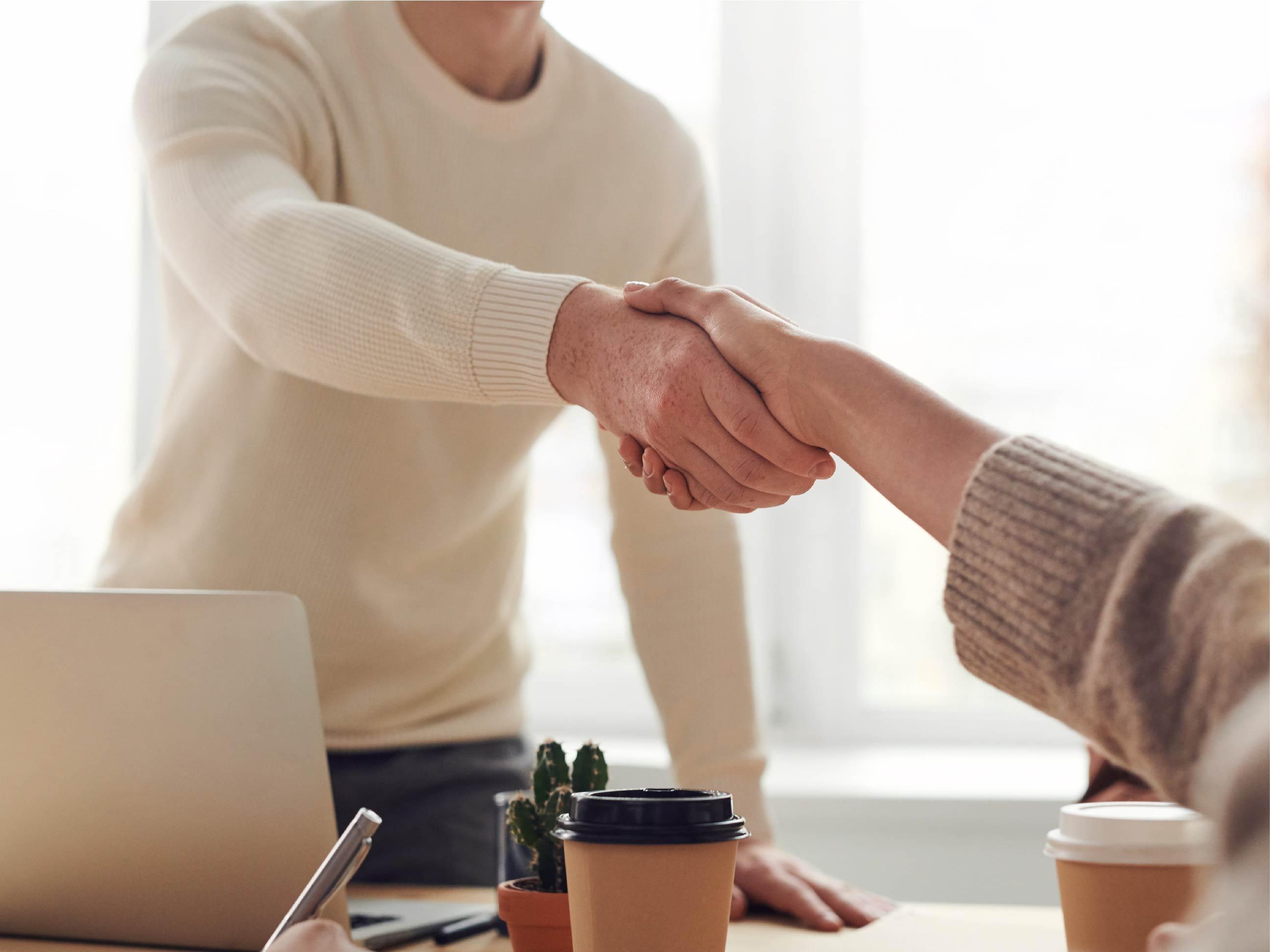 Poignée de mains entre deux individus