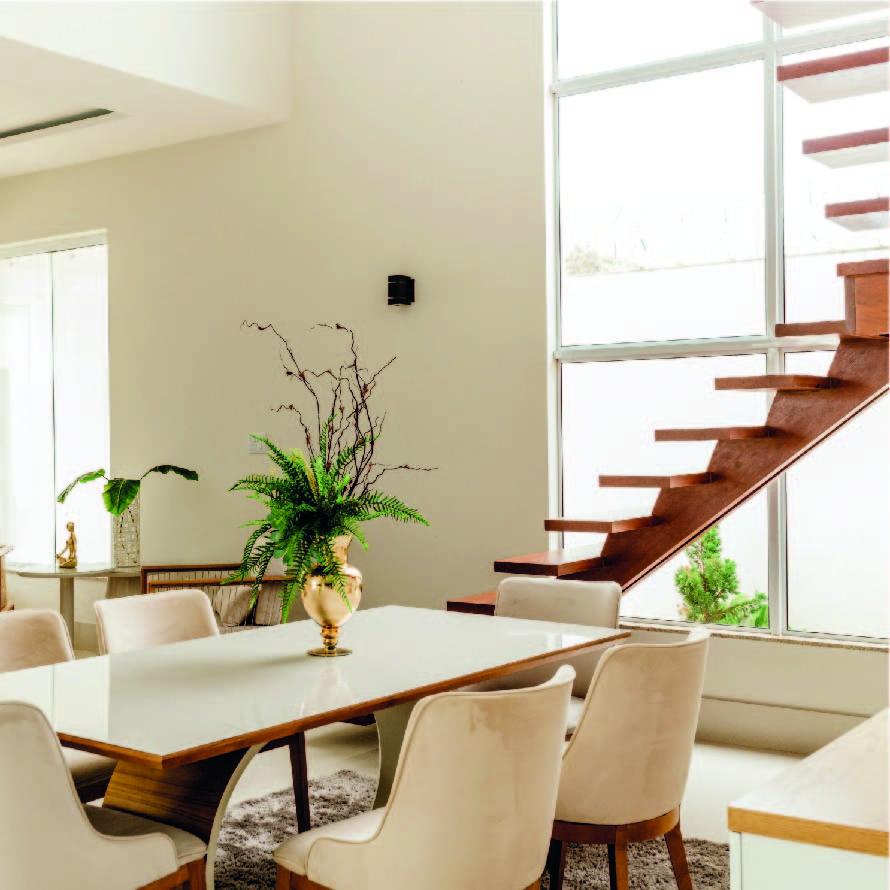 Salle à manger moderne et lumineuse avec escaliers ouverts
