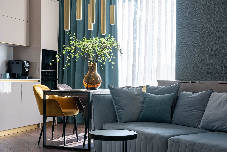 Séjour avec canapé et table à manger moderne