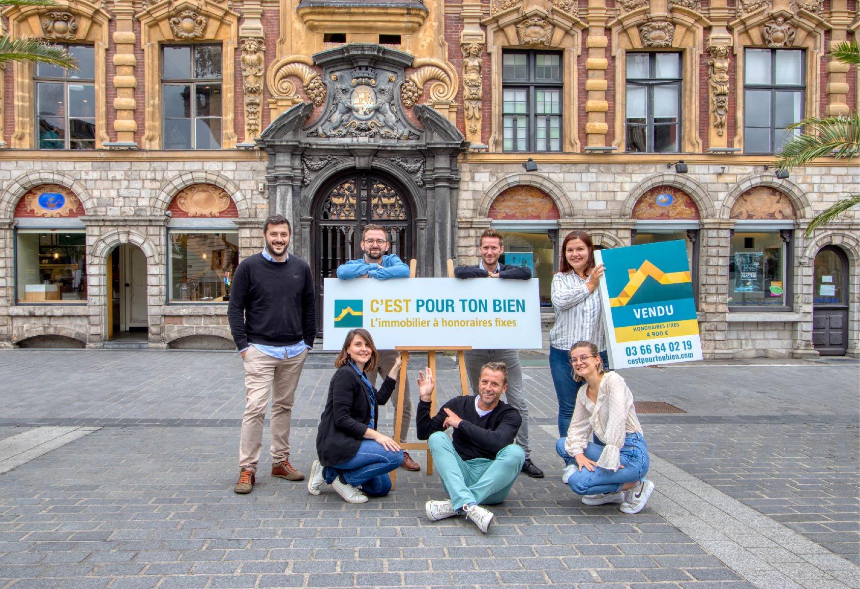 Équipe agence immobilière C'est pour ton bien devant la bourse à Lille